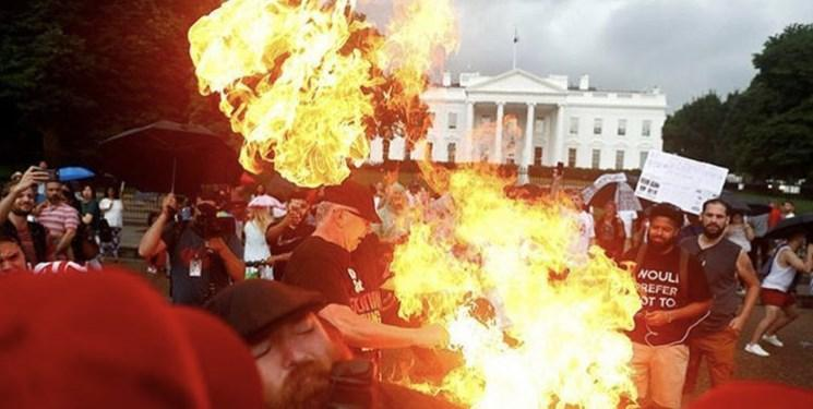 معترضان پرچم آمریکا را مقابل کاخ سفید آتش زدند